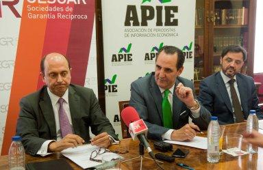 De izquierda a derecha, Josep Lores y José Rolando Álvarez, vicepresidente y presidente de SCR-CESGAR, y Andrés Dulanto Scott, de la Junta Directiva de APIE, en un momento del desayuno de prensa.