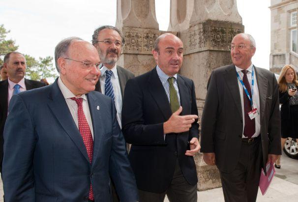 Luis de Guindos, Ministro de Economía y Competitividad, recibido por César Nombela rector de la UIMP, a su llegada al Curso de Verano organizado por la APIE.