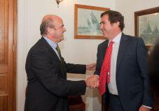 Luis de Guindos, Ministro de Economía y Competitividad, saluda a Antonio Garamendi, presidente de CEPYME, en el Curso de Verano organizado por la APIE en la UIMP.