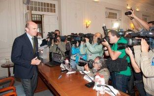 Luis de Guindos, Ministro de Economía y Competitividad, a su llegada al Curso de Verano organizado por la APIE en la UIMP.