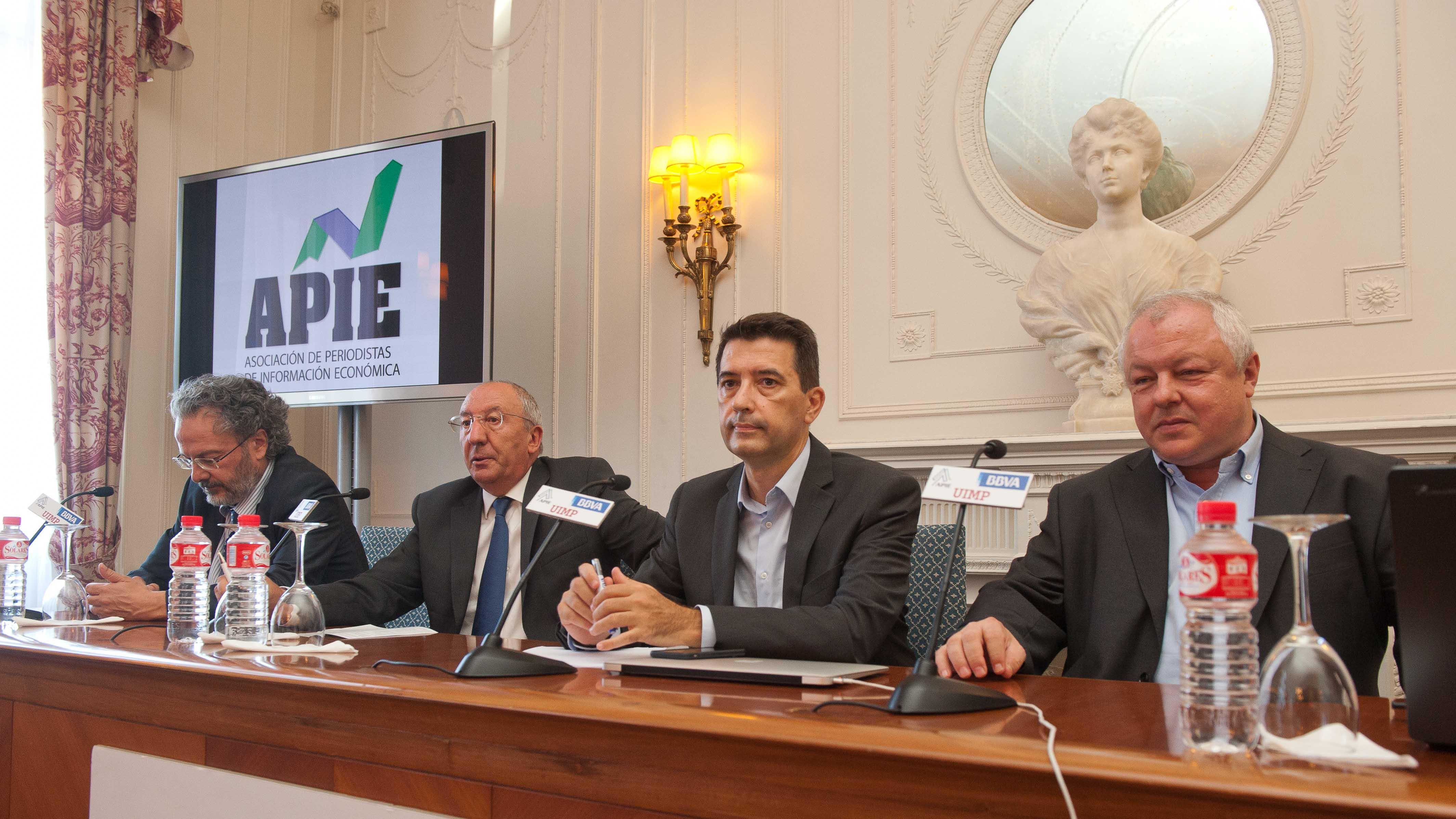Angel de la Fuente, director de FEDEA, y Rafael Domenech, Economista Jefe de Economías Desarrolladas de BBVA Research, durante su intervención en el Curso de Verano organizado por la APIE en la UIMP.