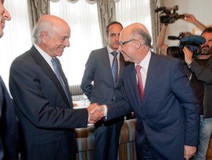 Cristóbal Montoro saluda a Francisco González antes del comienzo de la sesión inaugural del curso de verano de la APIE.