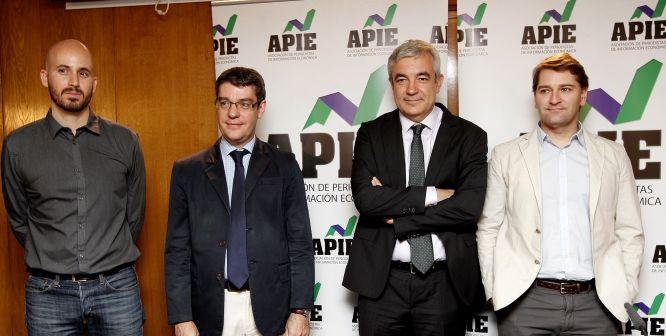 Los cuatro participantes en el debate sobre política económica organizado por la Asociación de Periodistas de Información Económica (APIE): de izquierda a derecha, Nacho Álvarez (Podemos), Álvaro Nadal (PP), Luis Garicano (Ciudadanos) y Manuel de la Rocha Vázquez (PSOE).