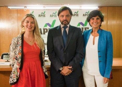 De izquierda a derecha Liz Fleming, Vicepresidenta Internacional de Spain Startups, Andrés Dulanto Scott, de la Junta Directiva de APIE, y María Benjumea, fundadora de Spain Startup, durante la presentación de la feria de emprendedores South Summit 2015.