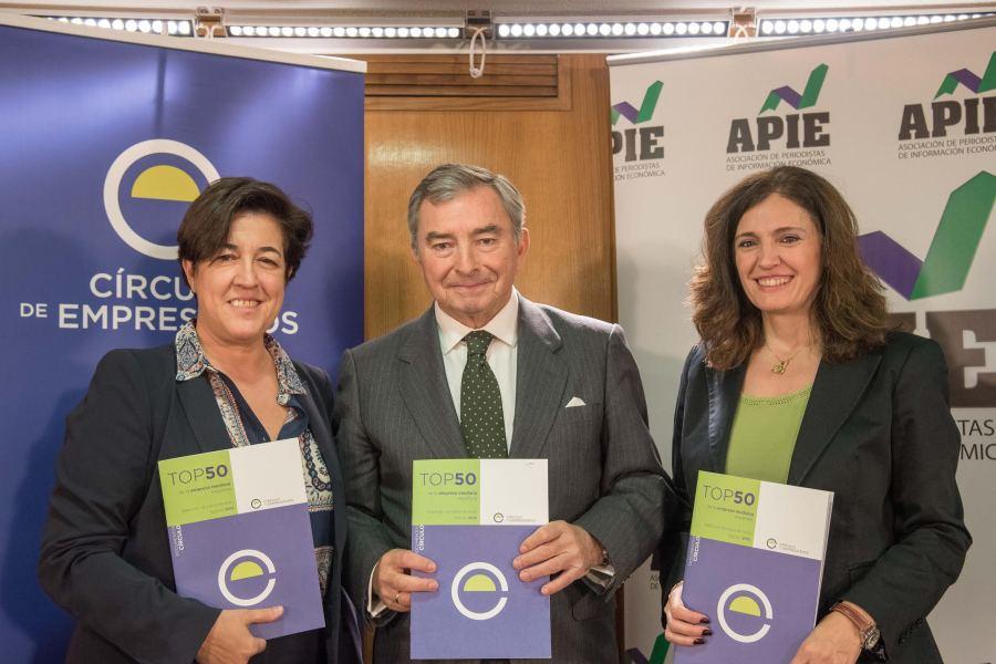 De izquierda a derecha, Elena Pisonero, presidenta de Hispasat y directora del informe: Javier Vega de Seoane, presidente del Cïrculo de Empresarios, y Rosa María Sánchez, de la Junta Directiva de APIE.