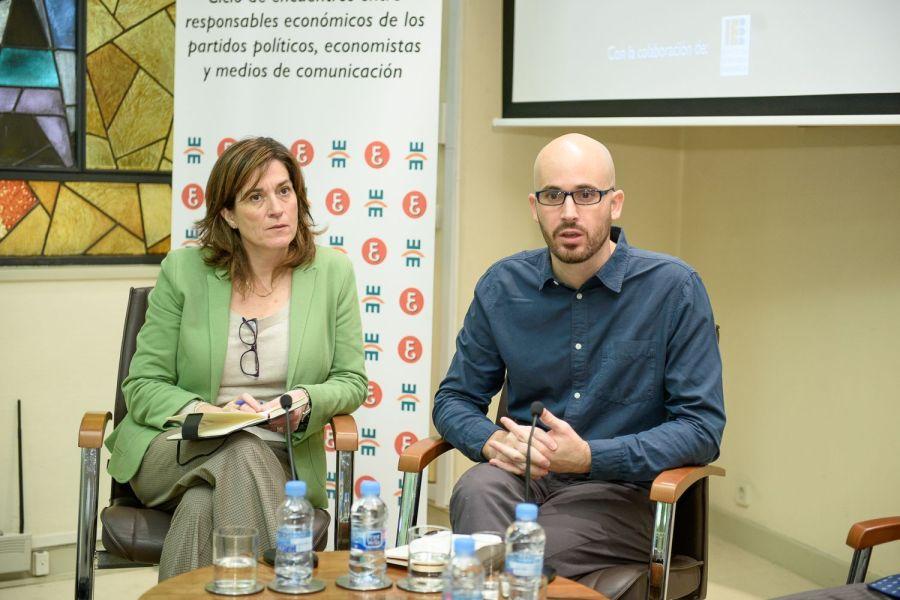 Nacho Álvarez, de Podemos, durante el encuentro electoral organizado en el Colegio de Economistas de Madrid, junto a Rosa María Sänchez, de la Junta Directiva de APIE, que actuó como moderadora.