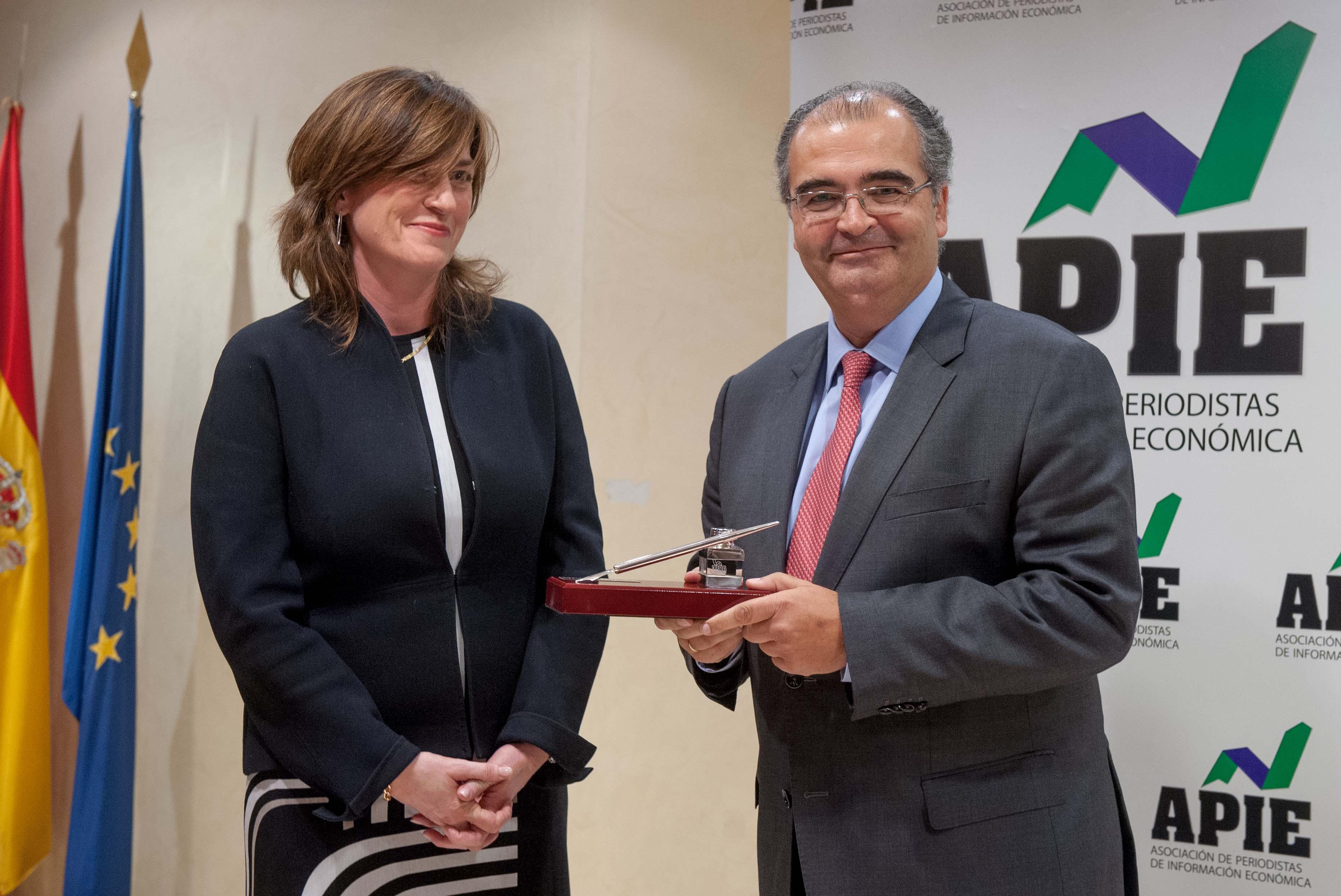 Angel Ron Güimil, presidente del Banco Popular, recibe su accésit al premio Tintero de manos de Rosa María Sánchez, de la Junta Directiva de APIE.