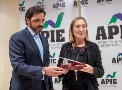 Ana Pastor, Ministra de Fomento, recibe su accésit al premio Tintero de manos de Andrés Dulanto Scott, de la Junta Directiva de APIE.