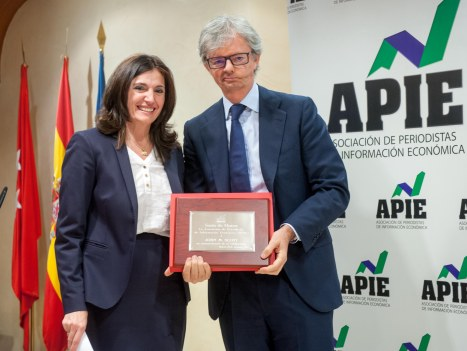 John M. Scott, presidente de KPMG, recibe su título de Socio de Honor de la APIE de manos de la vicepresidenta, Yolanda Gómez Rojo.