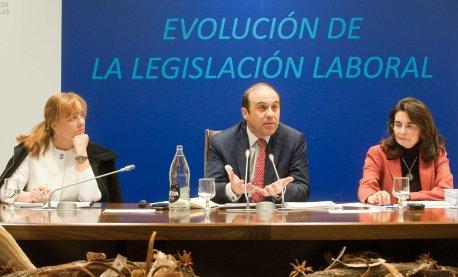 De izquierda a derecha, Amparo Estrada, de la Junta Directiva de la APIE, Jordi García Viña, director del Departamento de Relaciones Laborales de CEOE, y Ana Herráez, responsable de Mercado de Trabajo del Departamento de Relaciones Laborales de CEOE, durante el acto conjunto sobre legislación laboral.