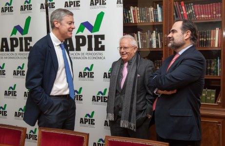 Iñigo de Barrón, presidente de APIE, habla con Jose Ramón Pin y Francisco Javier Zapata antes de comenzar la presentación del XI Informe Sobre Juntas Generales del Ibex.