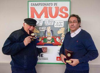Alberto Valverde y Carlos Díez Güel, Segundo Premio del XXII Campeonato de Mus de la APIE, posan con sus trofeos.