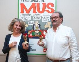 Los ganadores del Premio Didáctico de la XXII edición del Campeonato de Mus de la APIE, Mar Mateos y Jose Luis Galán.