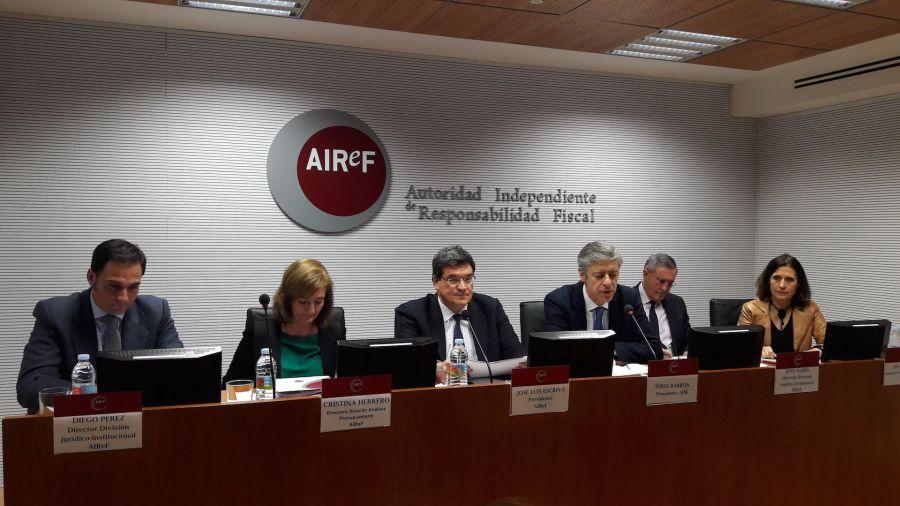 Un momento de la rueda de prensa organizada por la Autoridad Independiente de Responsabilidad Fiscal (AIReF) y la Asociación de Periodistas de Información Económica (APIE).