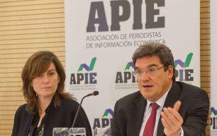 Jose Luis Escrivá, presidente de la Autoridad Fiscal Independiente (AireF), junto a Rosa María Sánchez, de la Junta Directiva de APIE, durante el almuerzo de prensa con que concluyó la Primera Jornada del Curso de Economía para Periodistas organizado por APIE y el Banco Popular.