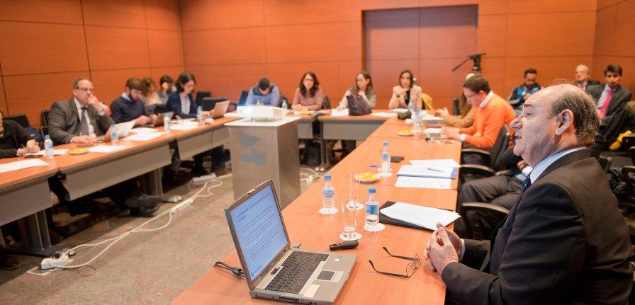 Blas Vives Soto, secretario general de FACONAUTO, durante su intervención en la cuarta jornada del XXIX Curso de Economía para Periodistas organizado por APIE con la colaboración del Banco Popular.