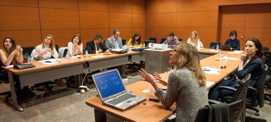 Un momento de la intervención de Beatriz Lacave, de Oliver Wyman, en la tercera jornada del XXIX Curso de Economía para Periodistas organizado por APIE con la colaboración del Banco Popular.