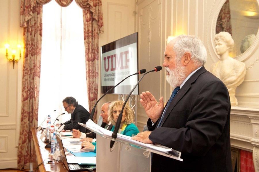 Miguel Arias Cañete, comisario de Energía y Cambio Climático de la UE,  durante su intervención en la sesión inaugural en el curso de economía organizado por APIE en la Universidad Menéndez Pelayo de Santander.