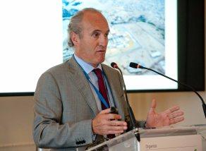 Julian Núñez, presidente de Seopan, durante su intervención en el curso de verano organizado por la APIE en la Universidad Menéndez Pelayo de Santander.