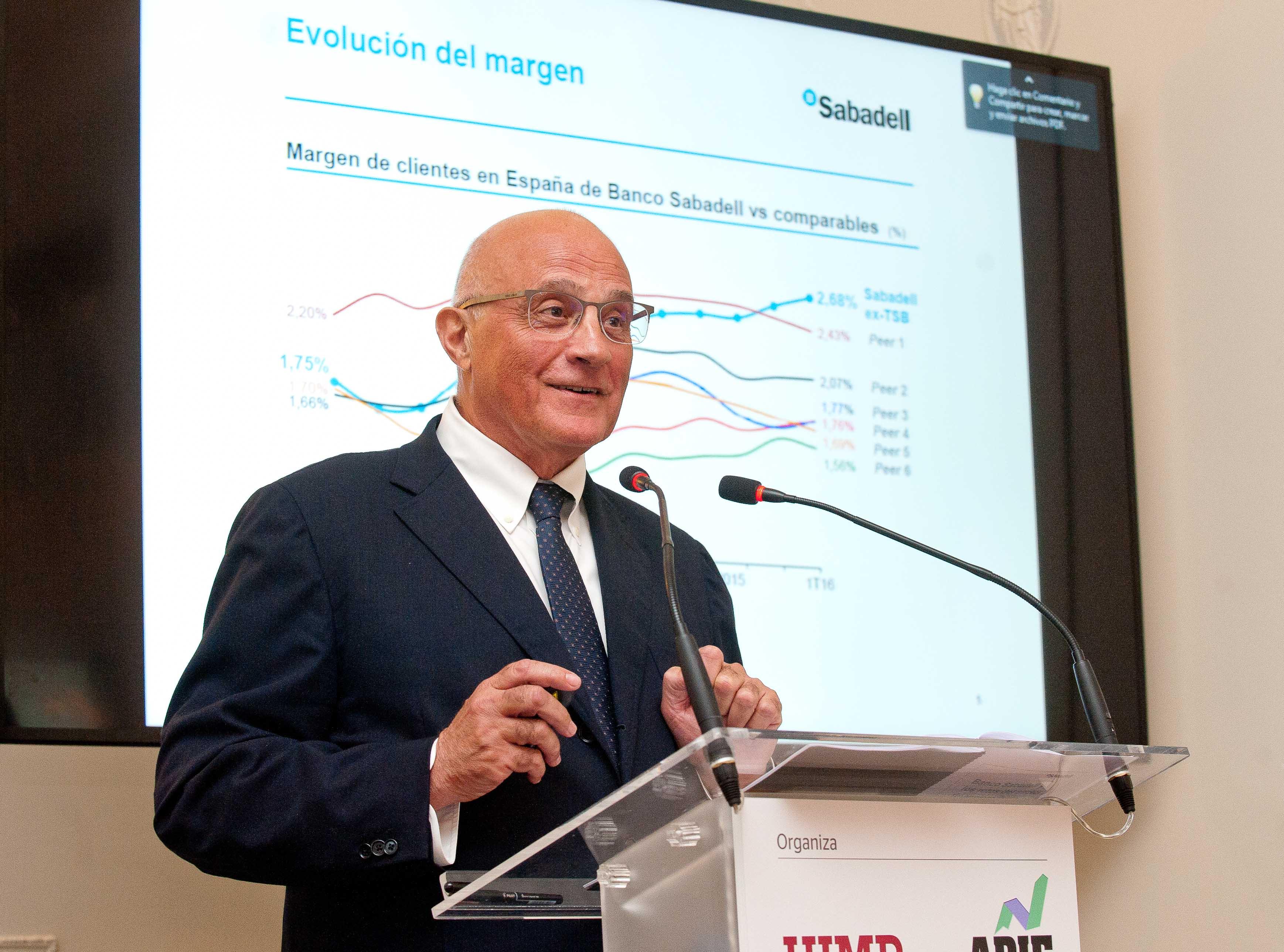 Josep Oliu, presidente del Banco Sabadell, durante su intervención en el curso de verano organizado por APIE en la Universidad Menéndez Pelayo de Santander.