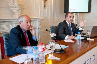 Ángel Ron, presidente del Banco Popular, durante su intervención en los cursos de verano organizados por la APIE en la Universidad Menéndez Pelayo de Santander, junto a Amancio Fernández, codirector del curso.