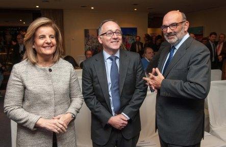 Fátima Báñez, Ministra de Empleo, y Luis Gallego, Presidente de Iberia, ganadores respectivos de los premios Secante y Tintero, posan con Fernando Abril-Martorell, presidente de Indra y accésit al premio Secante.
