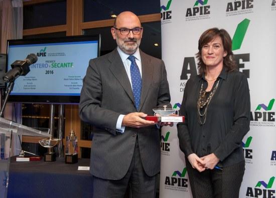 Fernando Abril-Martorell, presidente de Indra, recibe su accésit al premio Secante de manos de Rosa Sánchez, de la Junta Directiva de APIE.