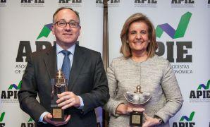 Luis Gallego, presidente de Iberia, y Fátima Báñez, Ministra de Empleo, posan con sus respectivos galardones Tintero y Secante, que ha otorgado la APIE en su edición de 2016.