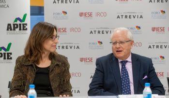 Nuria Vilanova, presidenta de Atrevia, y Jose Ramón Pin, Copresidente del Foro de Buen Gobierno y Accionariado, durante la presentación del XII Informe Juntas Generales de Accionistas 2016.