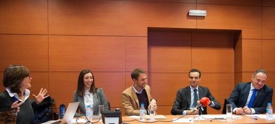 Los cuatro participantes en el debate sobre economía colaborativa organizado por APIE en su XXX Curso de Economía para Periodistas: de izquierda a derecha, Sara Rodríguez (Adigital), Jaime Rodríguez (BlaBlaCar), Rafael Barbadillo (Confebus) y Gabriel Llobera Prats (Federación Hotelera de Mallorca).