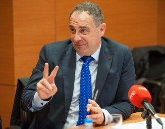 Gabriel Llobera Prats, Vicepresidente primero de la federación Hotelera de Mallorca, durante el debate sobre economía colaborativa organizado por APIE en su XXX Curso de Economía para Periodistas.