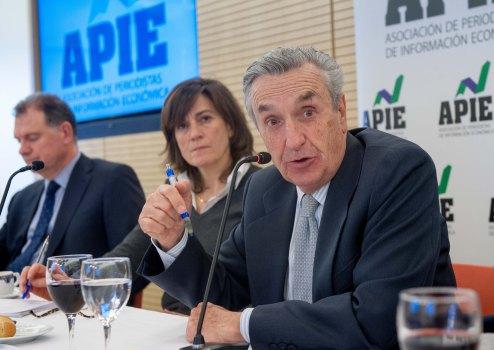 Un momento de la intervención de Jose María Marín Quemada, presidente de la CNMC, en el almuerzo de prensa con que concluyó la primera jornada del XXX Curso de Economía para Periodistas organizado por APIE con el patrocinio del Banco Popular.