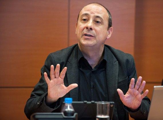 Carlos Bravo, de Comisiones Obreras, durante el debate sobre pensiones que tuvo lugar en la segunda jornada del Curso de Economía organizado por APIE.