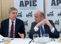 Luis de Guindos, Ministro de Economía, Industria y Competitividad, e Íñigo de Barrón, presidente de APIE, durante el almuerzo de prensa con que concluyó la tercera jornada del Curso de Economía para periodistas.