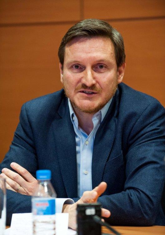 Pablo Freire, director de estrategia e innovación de MasMovil, durante el debate sobre telecomunicaciones celebrado en la IV Jornada del Curso de Economía de APIE.