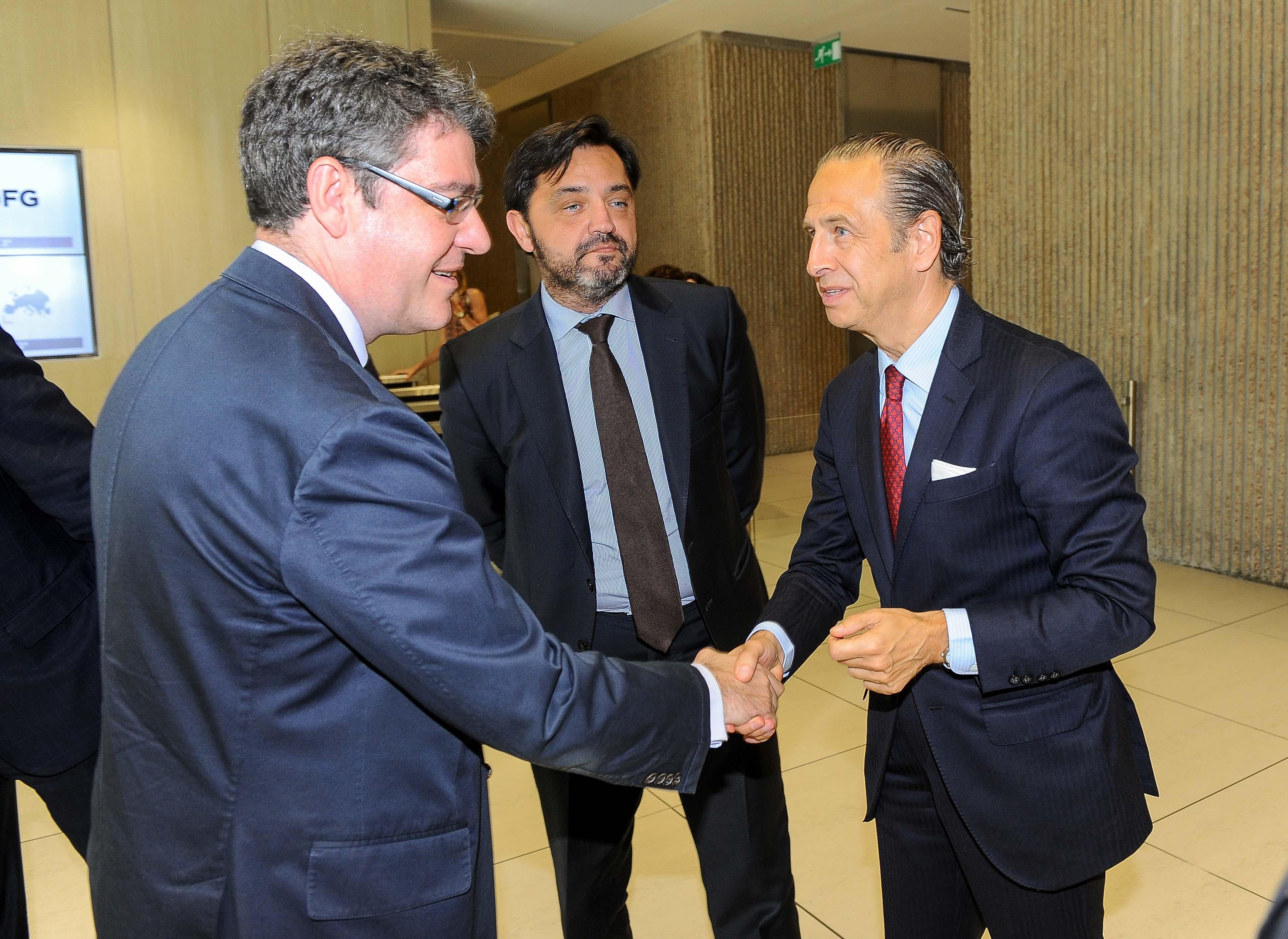 Jose Juán Perez Tabernero, Director de Relaciones Institucionales del Santander, da la bienvenida a Álvaro Nadal, Ministro de Energía, Turismo y Agenda Digital, a su llegada al almuerzo de prensa del curso de economía de la APIE.