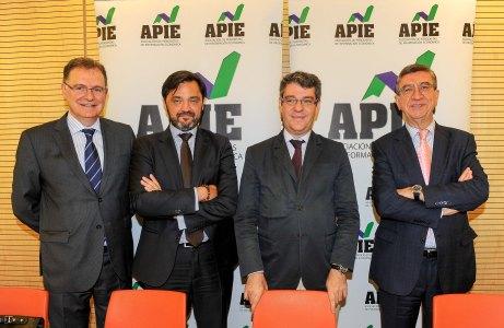 De izquierda a derecha, Eloy Écija, Director de Relaciones Corporativas del Banco Popular; Andrés Dulanto Scott (APIE), Alvaro Nadal, Ministro de Energía, Turismo y Agenda Digital; y Antonio San José, Director de Comunicación del Banco Popular.