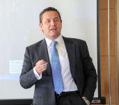 Juan Diego Díaz, presidente de la Asociación Empresarial Eólica, durante el debate sobre energía que se celebró en la V sesión del curso de economía organizado por APIE.