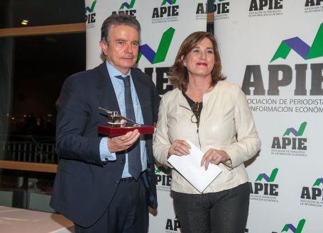 Rosa María Sánchez, de la Junta Directiva de APIE, entrega su accesit al premio Tintero a Antonio Catalán, presidente de AC Hoteles.