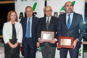 Amparo Estrada, de la Junta Directiva de APIE, con los socios de honor de 2017: las escuelas de negocios ESADE, IE Business School e IESE Business School, en los premios Tintero y Secante 2017.