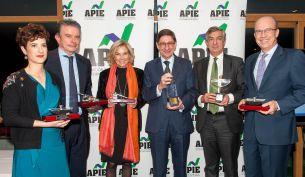 Los premiados en ambas categorías en los Premios Tintero y Secante 2017, otorgados por la Asociación de Periodistas de Información Económica (APIE).
