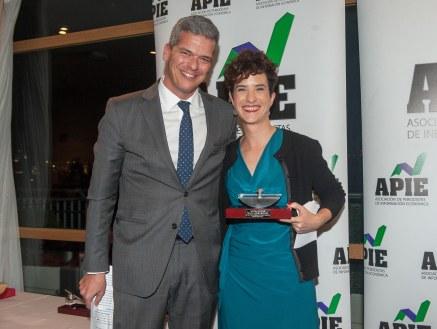 Javier Montalvo, de la Junta Directiva de APIE, junto a Anaïs Figueras, Directora de Comunicación de Google España, que recogió el accesit al premio Secante en nombre de Fuencisla Clemares.