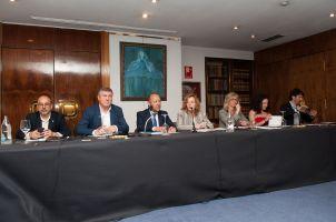De izquierda a derecha: Carles Campuzano (PDeCAT), Íñigo Barandiarán (EAJ-PNV), Jose María Barrios (PP), Amparo Estrada (Junta Directiva de APIE), Aina Vidal (Podemos-En Comú Podem-En Marea), Mercè Perea (PSOE) y Sergio del Campo (Ciudadanos), participantes en el debate sobre las pensiones con el que comenzó el XXXI Curso de Economía organizado por la APIE.