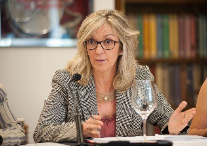 Mercè Perea (PSOE) durante su participación en el debate sobre pensiones con el que comenzó el XXXI Curso de Economía organizado por la APIE.