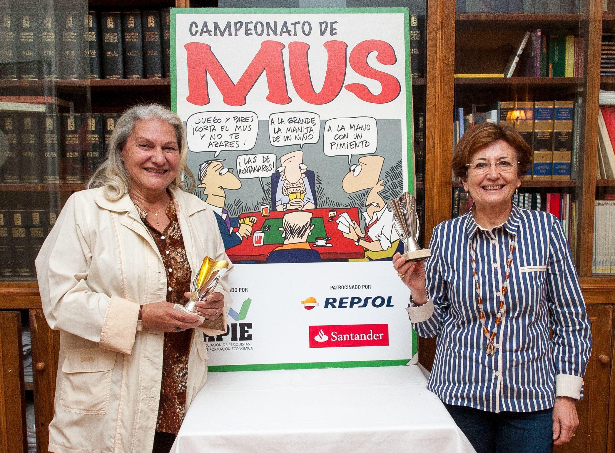 María Jesús Santos y Beatriz Navarro, ganadoras del Premio Didáctico del XXIV Torneo de Mus de la APIE.