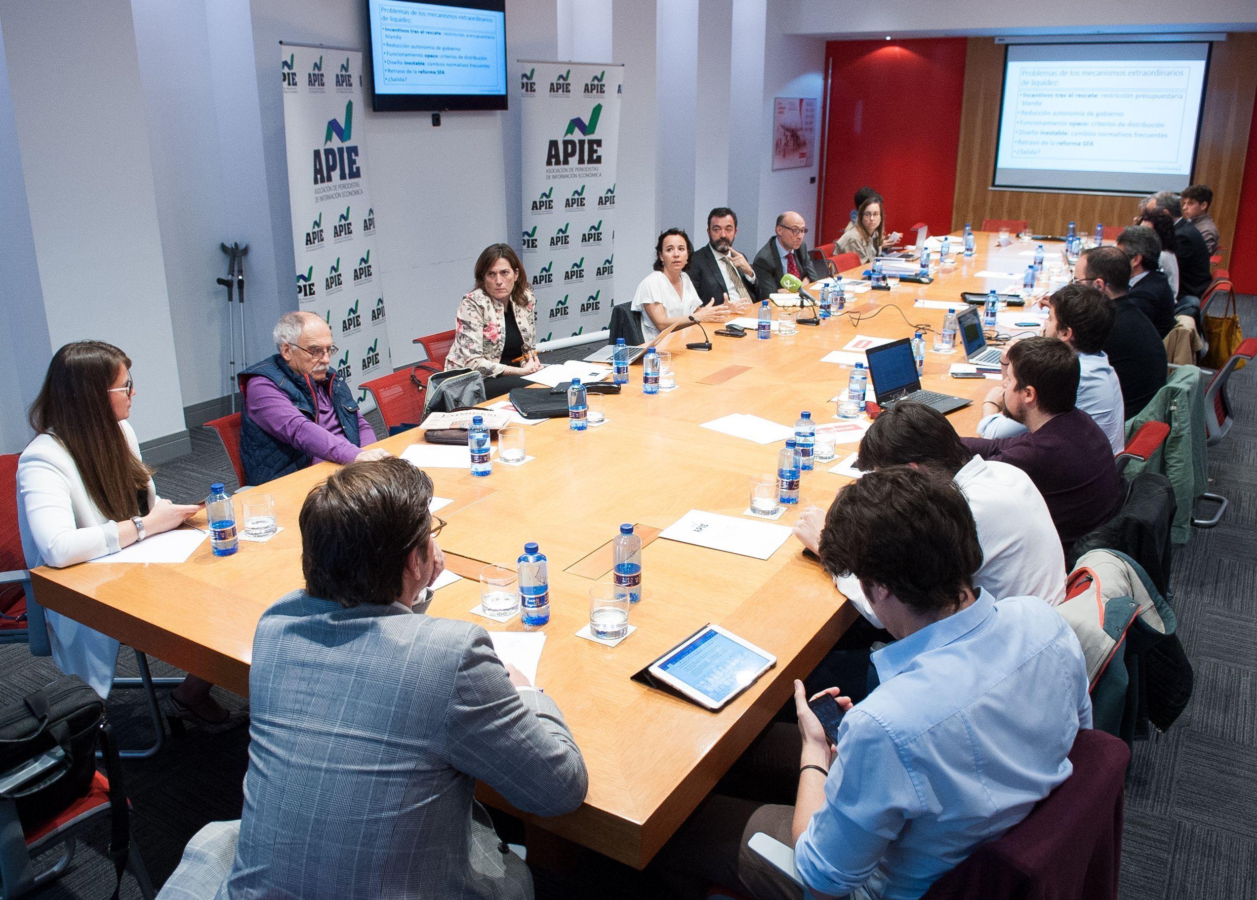 Un momento de la mesa redonda sobre financiación autonómica celebrada en la segunda jornada del XXXI Curso de Economía organizado por la APIE.