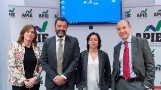 De izquierda a derecha, Rosa María Sánchez (APIE), César Cantalapiedra, Ana Herrero Alcalde y Jorge Onrubia, participantes en la mesa redonda sobre financiación autonómica celebrada en la segunda jornada del XXXI Curso de Economía organizado por la APIE.