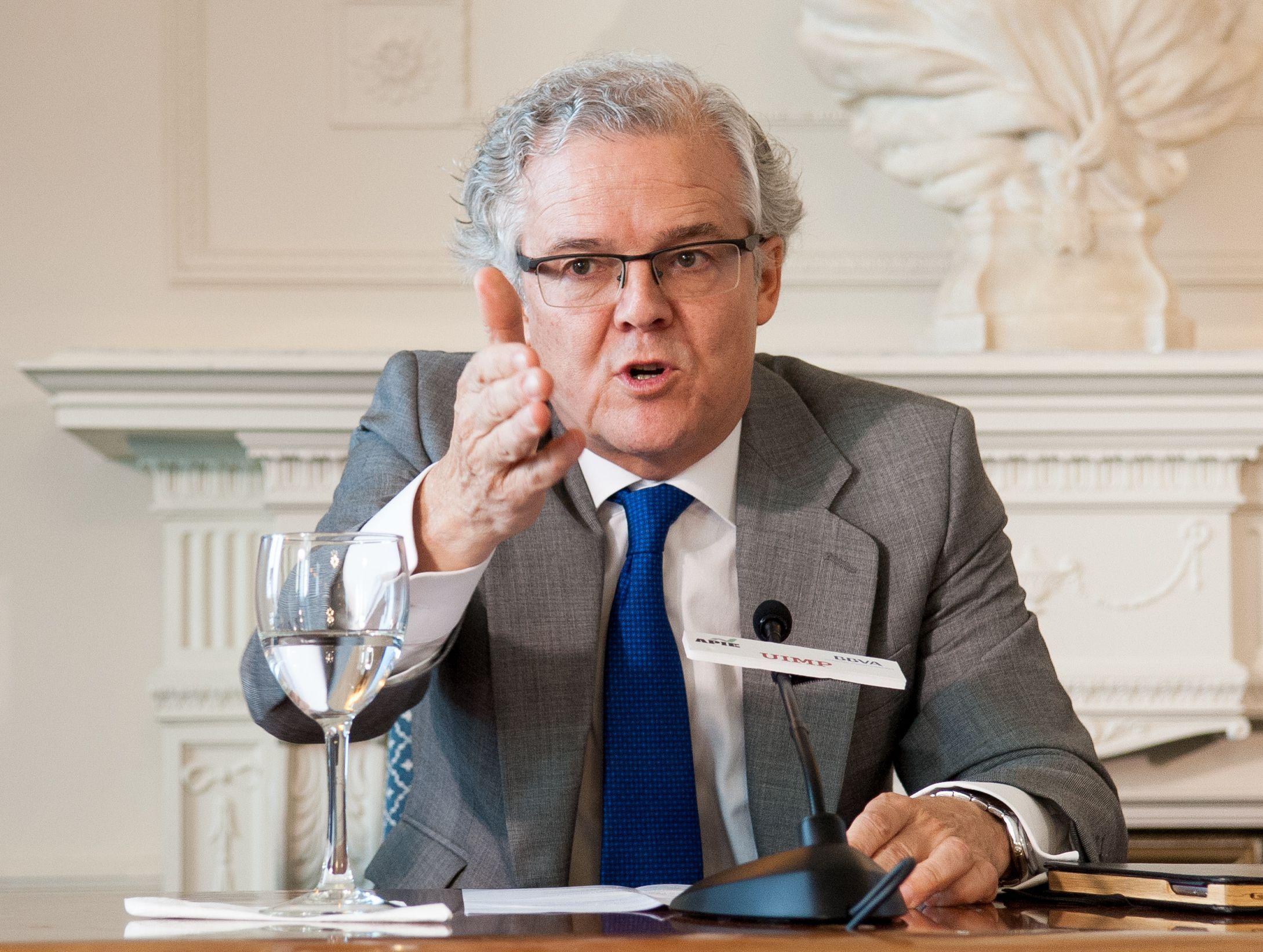 Sebastián Albella, presidente de la CNMV, durante su intervención en el Curso de Economía organizado por la APIE en la Universidad de Santander.