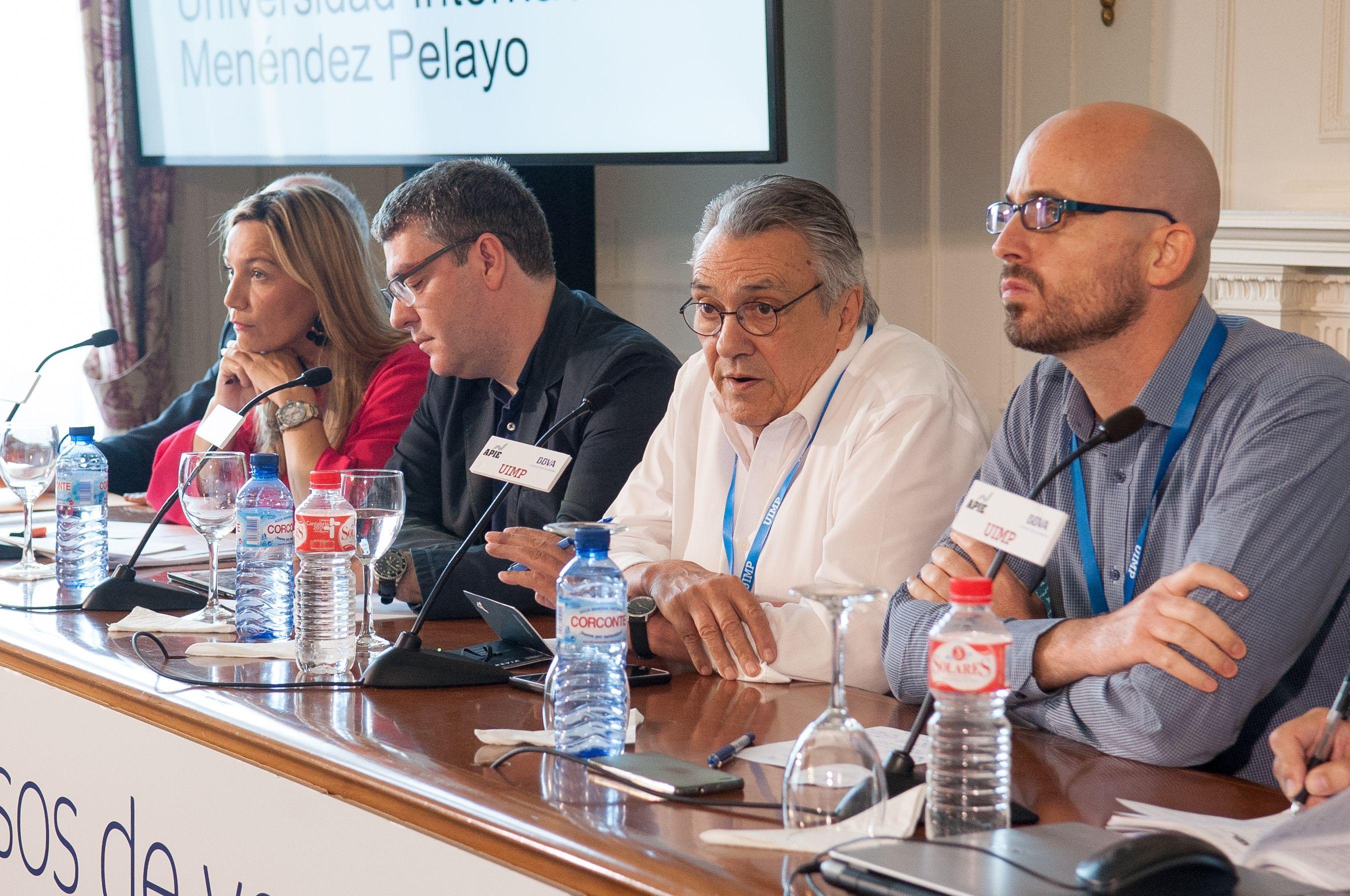 De izquierda a derecha, Susana Solís (Ciudadanos), Álvaro Nadal (Partido Popular), Manu Escudero (PSOE), y Nacho Álvarez (Podemos), durante el debate político organizado en el Curso de Economía de APIE en la UIMP de Santander.