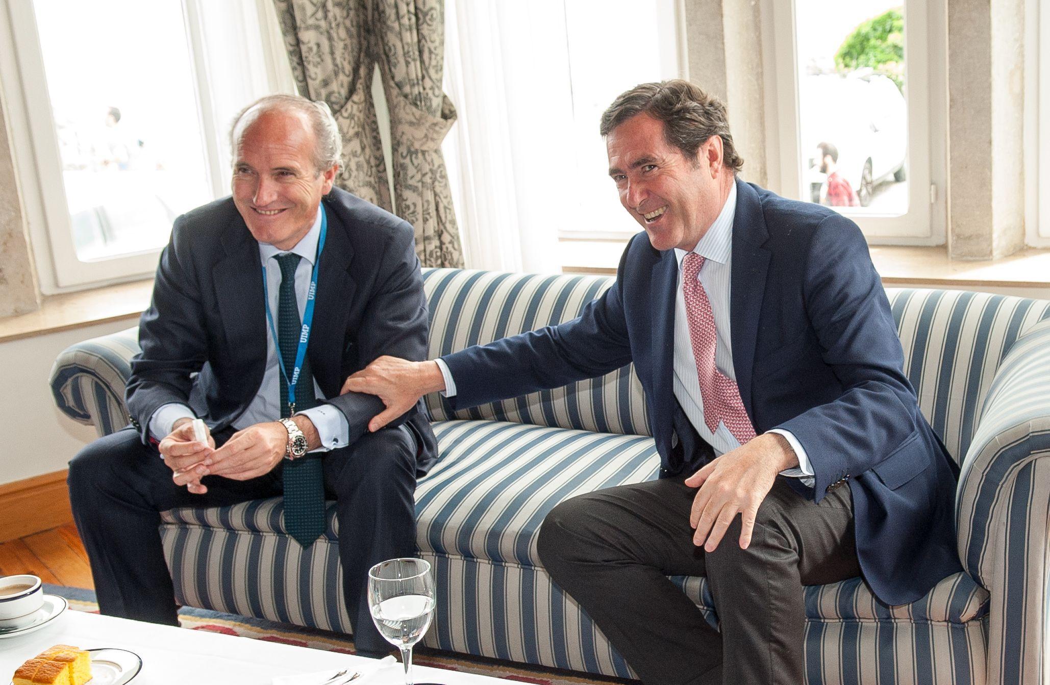 Julián Núñez, presidente de Seopan, y Antonio Garamendi, Vicepresidente de la CEOE y presidente de Cepyme, antes de su intervención en el Curso de Economía organizado por APIE en la Universidad Menéndez Pelayo de Santander.